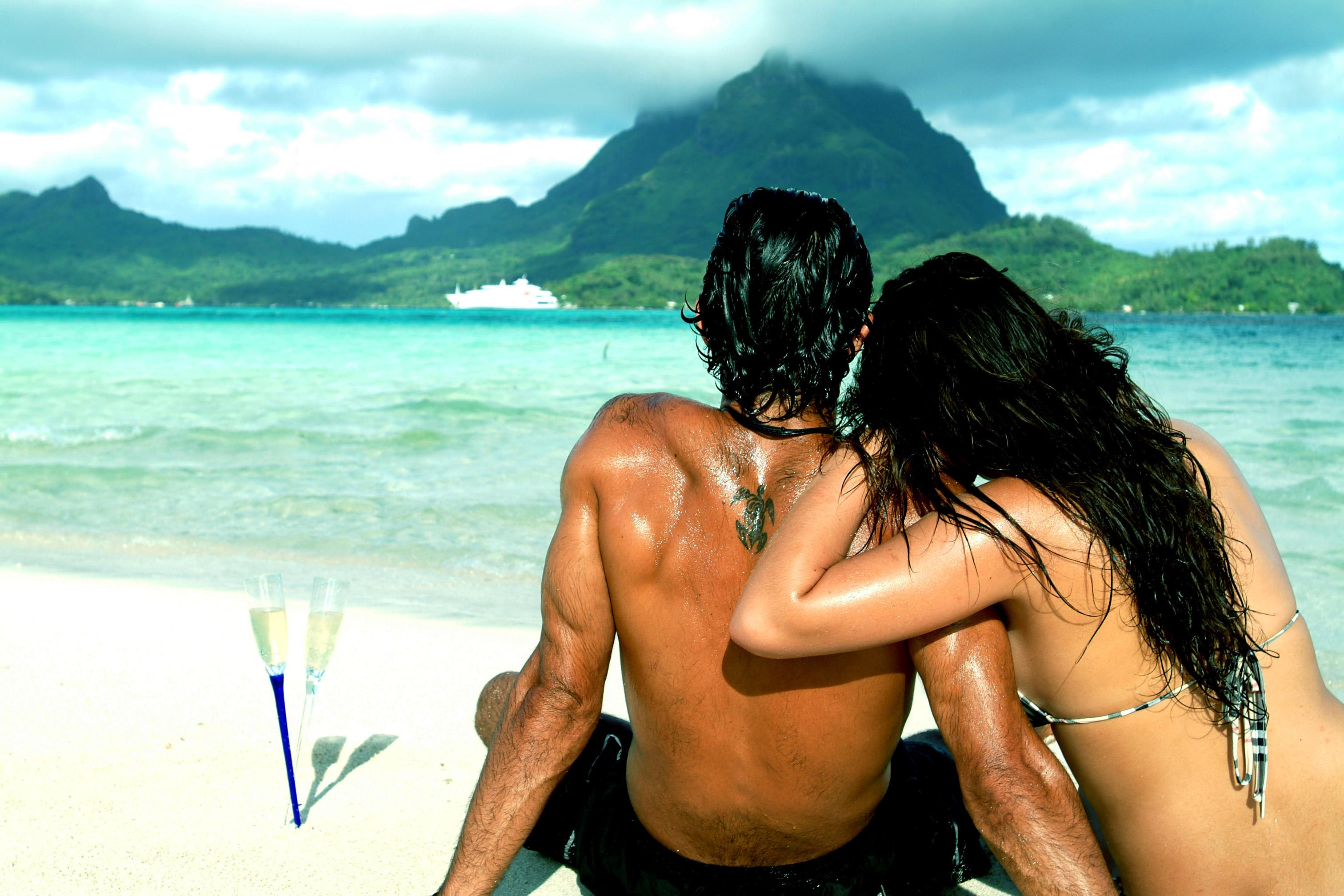 Фото красивых девушек с парнями на пляже